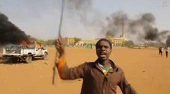 Musulmanes queman iglesias en Níger por caricaturas de Charlie Hebdo