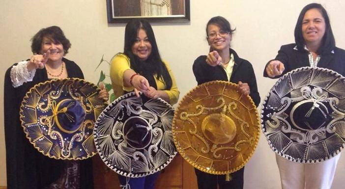 """Parte del equipo de damas de """"Radio Catolica Internacional"""" desde Oakland (California)"""