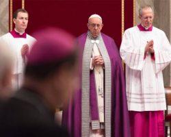 """Papa Francisco anticipa """"24 horas para el Señor"""" confesándose y confesando"""